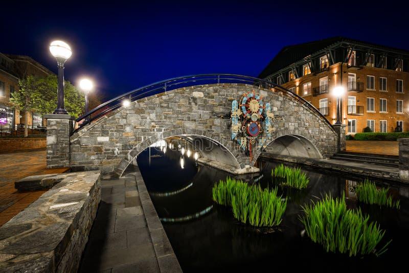 Ponte sopra Carroll Creek alla notte, a Carroll Creek Linear Park fotografia stock libera da diritti