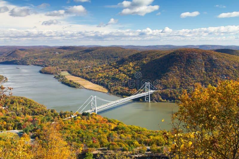 Ponte sopra Hudson River Valley nella caduta fotografia stock libera da diritti