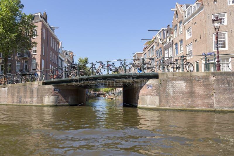 Ponte sopra il canale di fiume nel centro di Amsterdam immagine stock