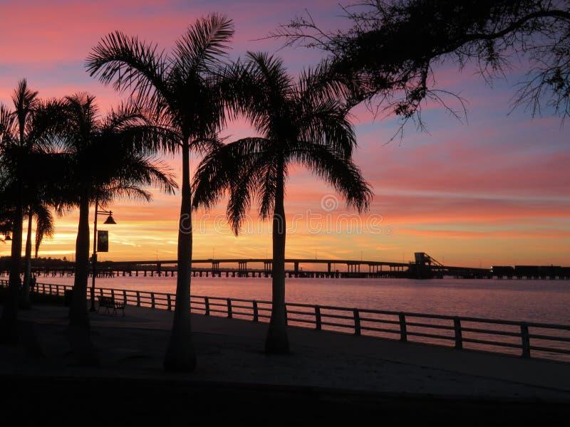 Ponte sopra il fiume del Manatee al tramonto immagine stock libera da diritti