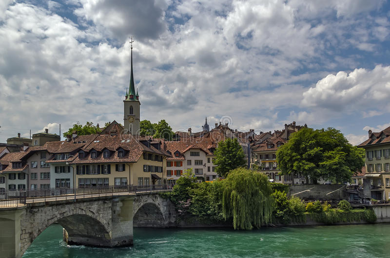Ponte sopra il fiume di Aare a Berna, Svizzera fotografie stock libere da diritti