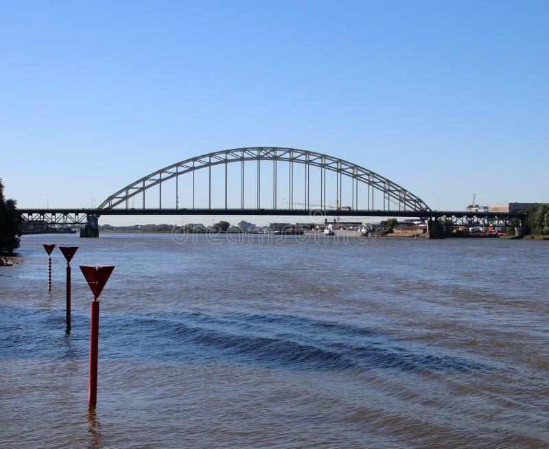 Ponte sopra il fiume Noord in Alblasserdam nei Paesi Bassi fotografia stock libera da diritti