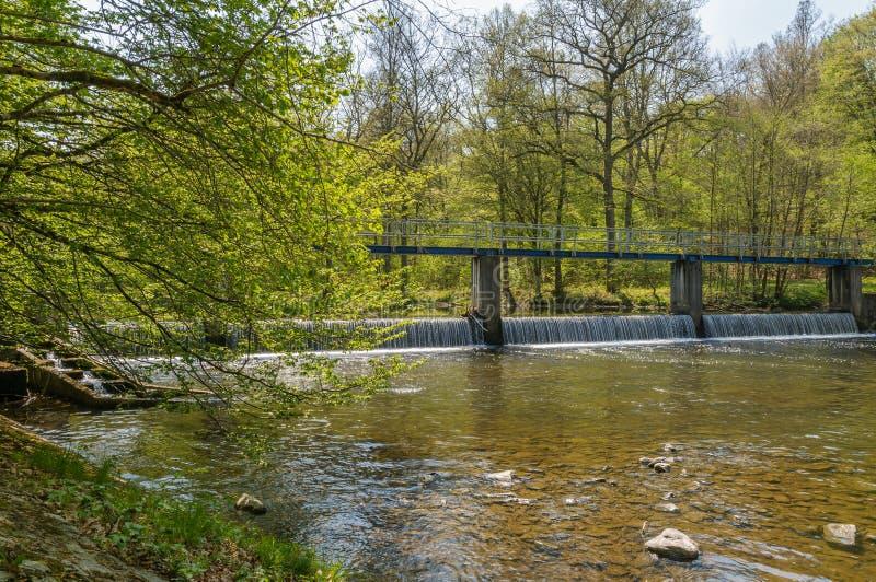 Ponte sopra il fiume Ourthe nelle Ardenne vicino a Engreux, Belgio fotografia stock