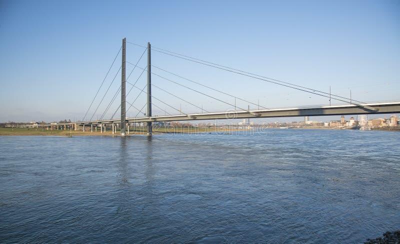Ponte sopra il fiume il Reno a Dusseldorf, Germania immagine stock