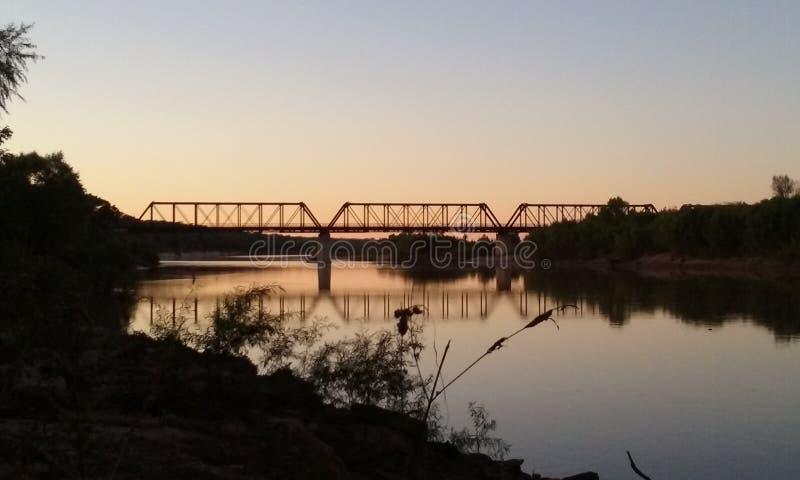 Ponte sopra il fiume Rosso al tramonto immagini stock