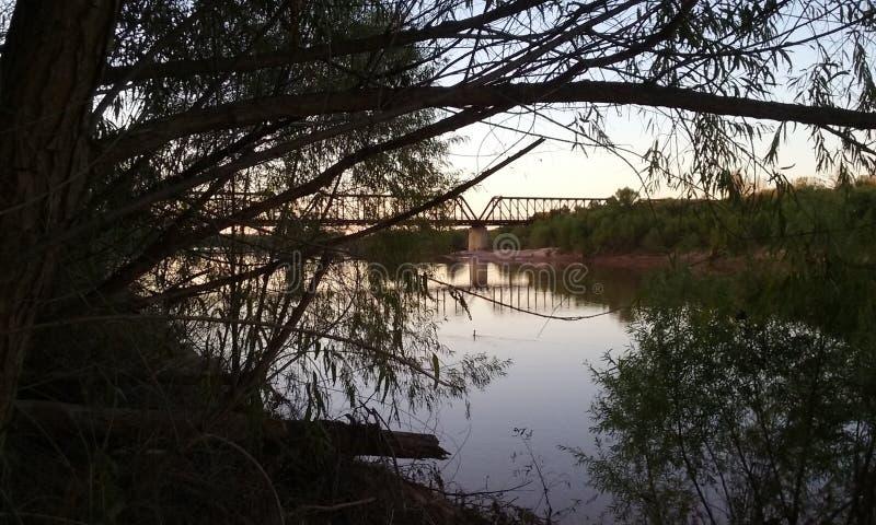 Ponte sopra il fiume Rosso al tramonto immagini stock libere da diritti