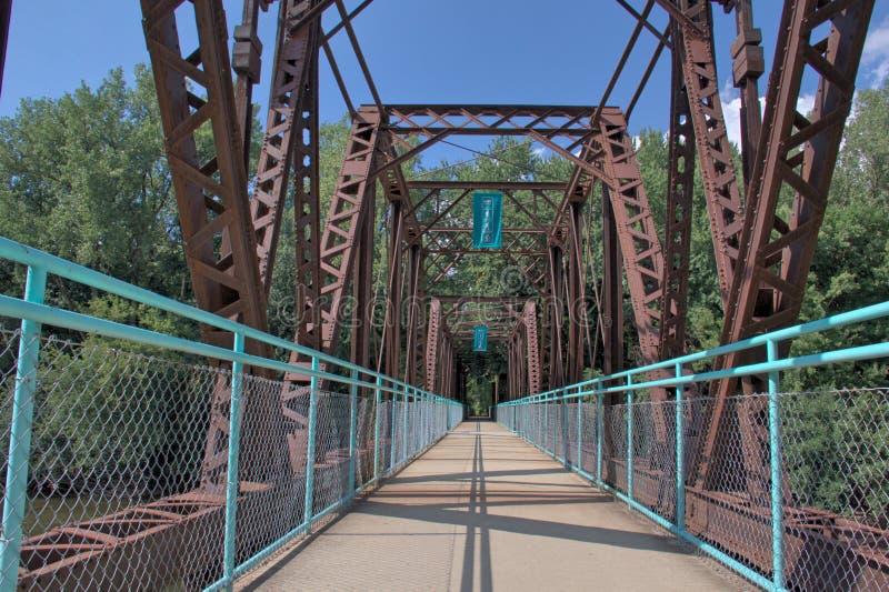 Ponte sopra il grande fiume immagini stock