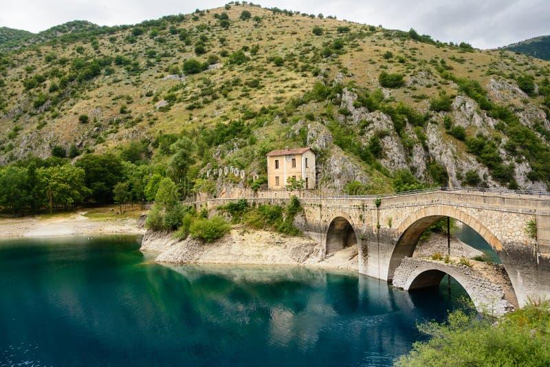 Ponte sopra il lago di San Domenico nelle gole di Sagittariu fotografia stock