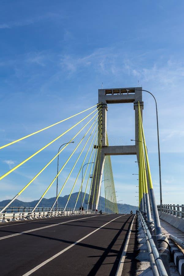 Ponte sopra il porto in Manado, Indonesia immagine stock