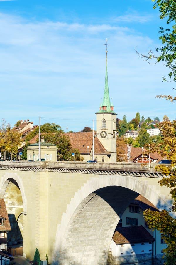 Ponte sopra la chiesa di Nydegg e di Aare, Berna, Svizzera fotografia stock libera da diritti