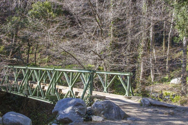 Ponte sopra Santa Anita River, San Gabriel Mountains fotografia stock