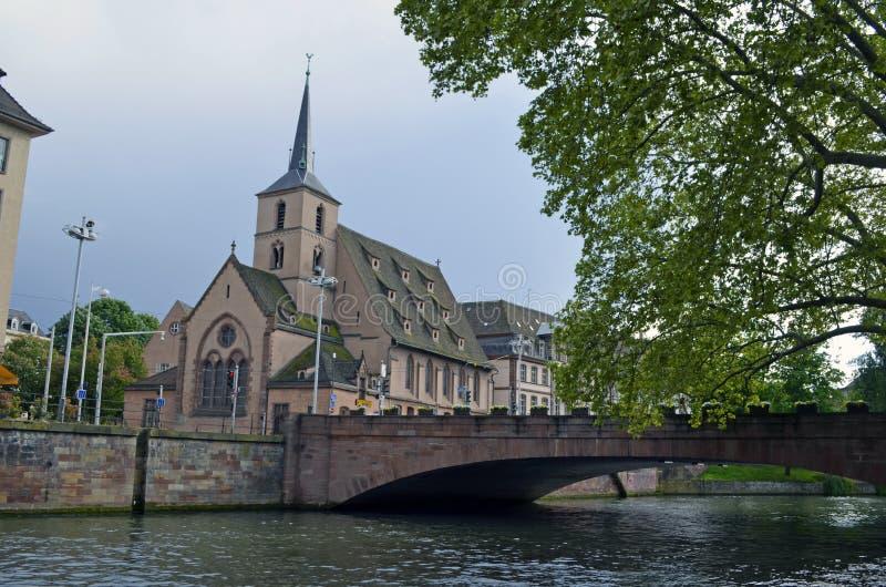 Ponte sopra un canale e una chiesa a Strasburgo, Francia fotografia stock libera da diritti