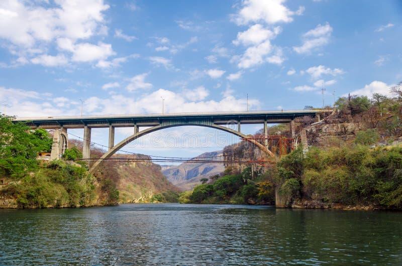Ponte sopra un canyon fotografia stock