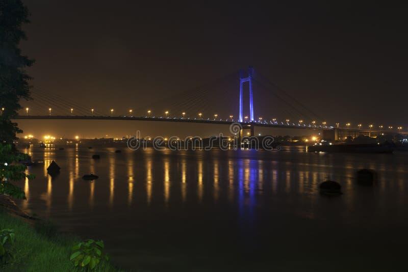 Ponte sopra un fiume alla notte fotografia stock libera da diritti