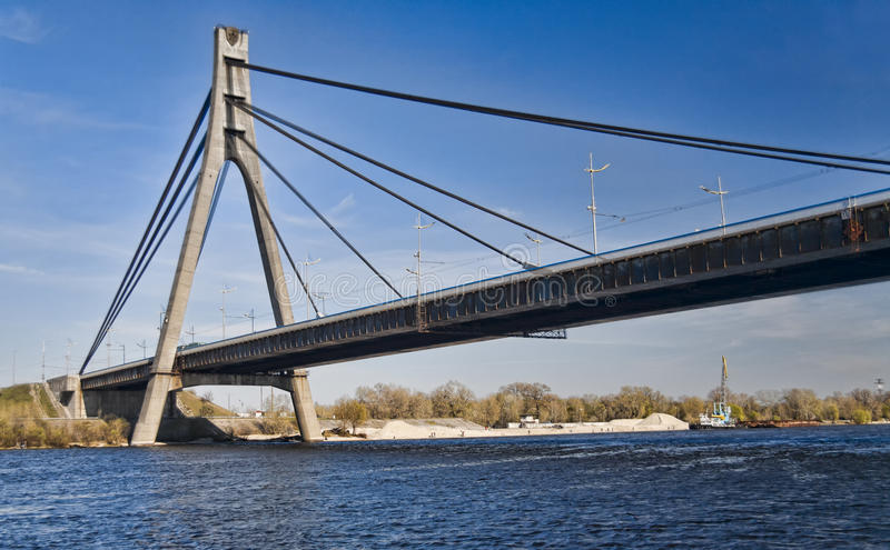 Ponte sospeso attraverso il fiume di Dnieper a Kiev fotografie stock libere da diritti