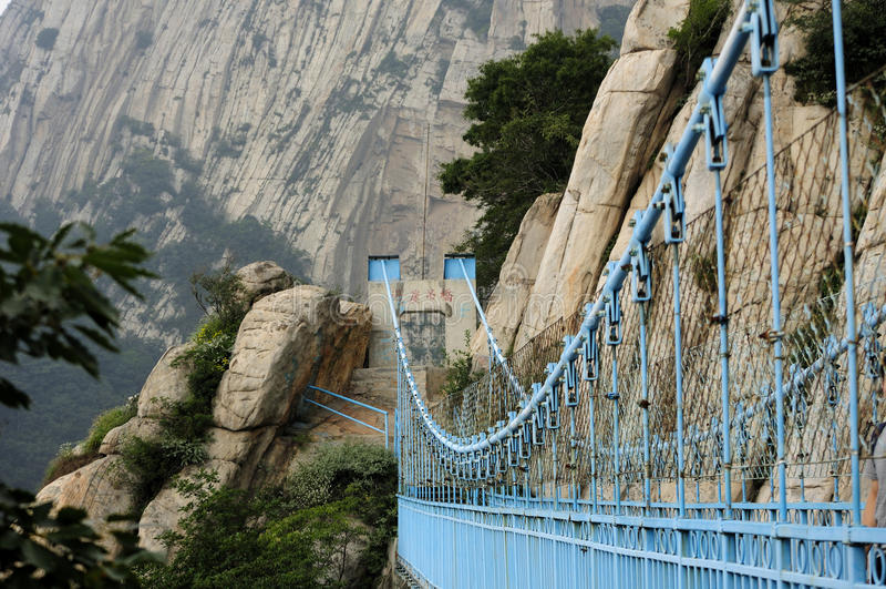 Ponte sospeso molto in alto il Monte Song fotografia stock