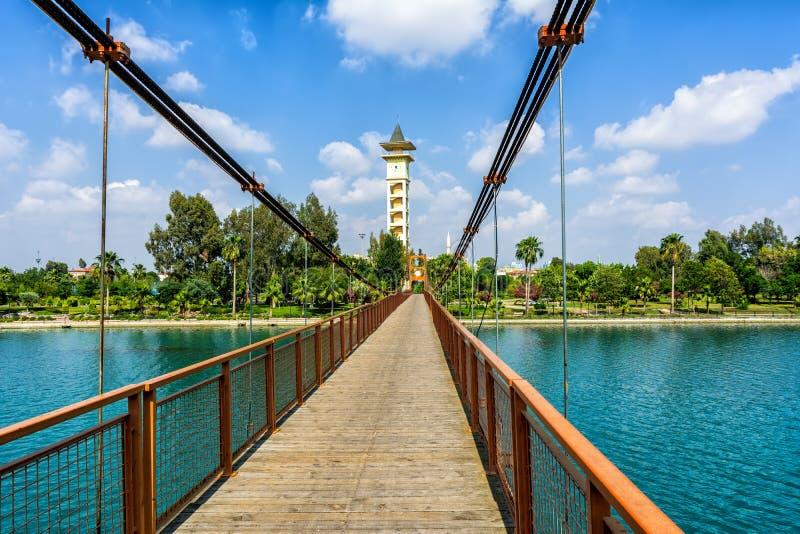 Ponte sospeso situato vicino alla moschea centrale di Sabanci in un centro della città dell'Adana, Turchia fotografia stock libera da diritti