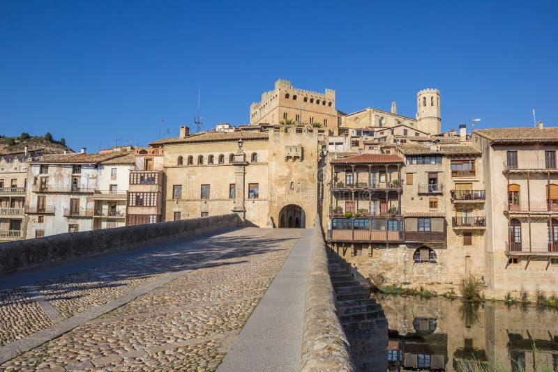 Ponte storico che conduce alla città medievale di Valderrobres fotografie stock