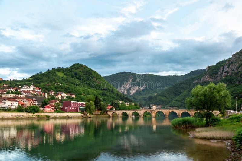 Ponte storico di Mehmed Pasha Sokolovic Old Stone sopra il fiume di Drina a Visegrad, Bosnia-Erzegovina immagine stock