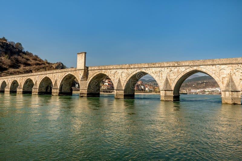 Ponte storico di Mehmed Pasha Sokolovic sopra il fiume di Drina a Visegrad, Bosnia-Erzegovina immagine stock libera da diritti