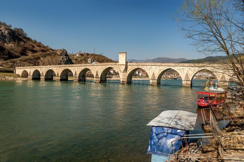 Ponte storico di Mehmed Pasha Sokolovic sopra il fiume di Drina a Visegrad, Bosnia-Erzegovina fotografia stock