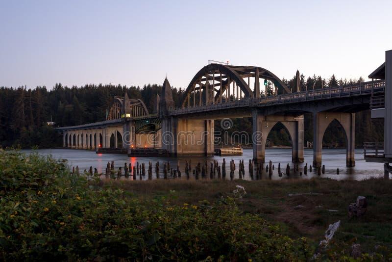 Ponte storico sopra il fiume di Siuslaw fotografia stock libera da diritti