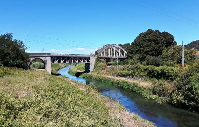 Ponte stradale abbandonato fotografia stock