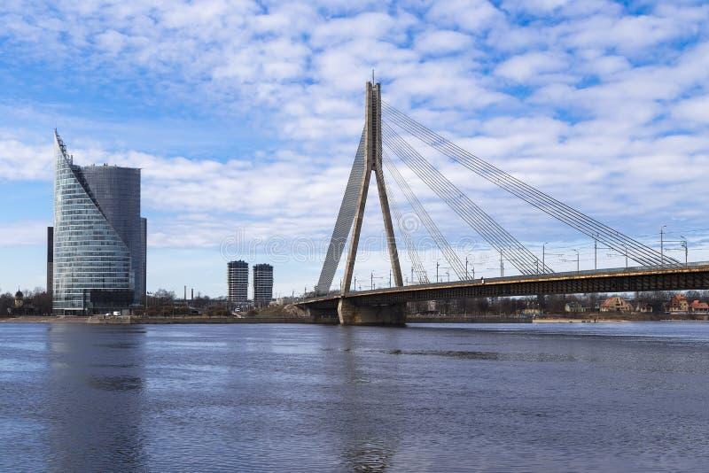 Ponte strallato attraverso il Daugava immagini stock libere da diritti