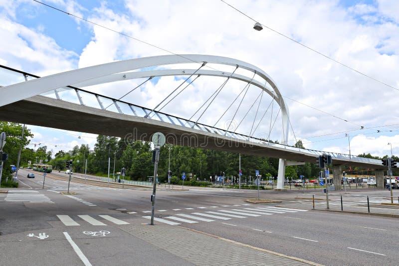 Ponte strallato attraverso la via a Helsinki immagini stock libere da diritti