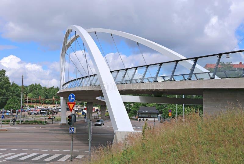 Ponte strallato attraverso la via a Helsinki immagine stock libera da diritti
