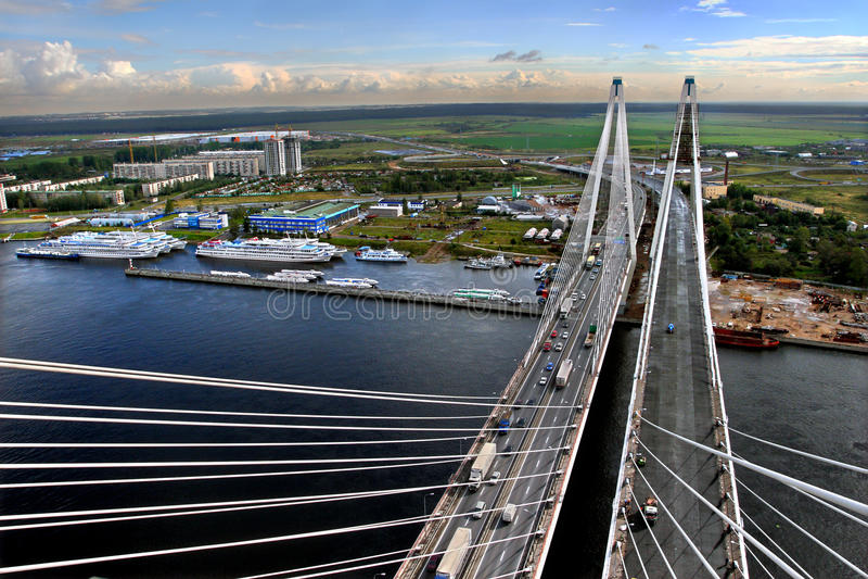 Ponte strallato in costruzione e un ancoraggio per le navi. fotografie stock