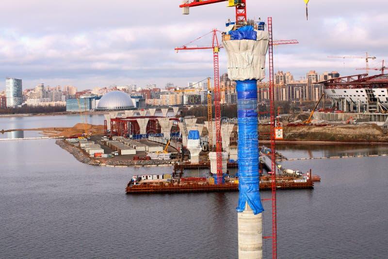 Ponte strallato del pilone in costruzione il golfo di Finlandia immagine stock libera da diritti