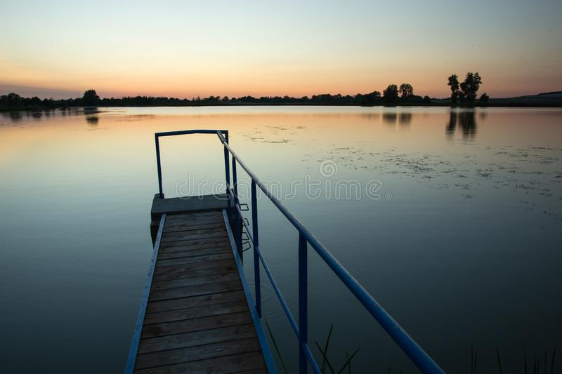 Ponte stretto sul lago fotografie stock libere da diritti