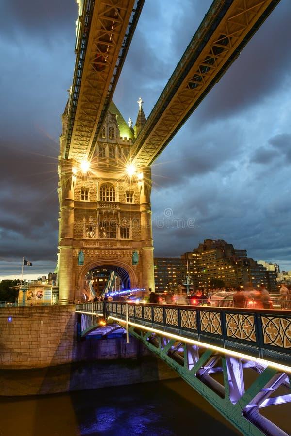 Ponte su crepuscolo, Tamigi, Londra, Regno Unito, Inghilterra della torre immagine stock