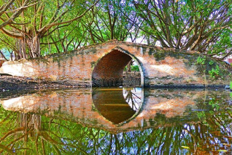 Ponte tailandese tradizionale antico dell'arco di stile a partire dal periodo tardo di Ayutthaya nella città storica di Ayutthaya immagine stock libera da diritti