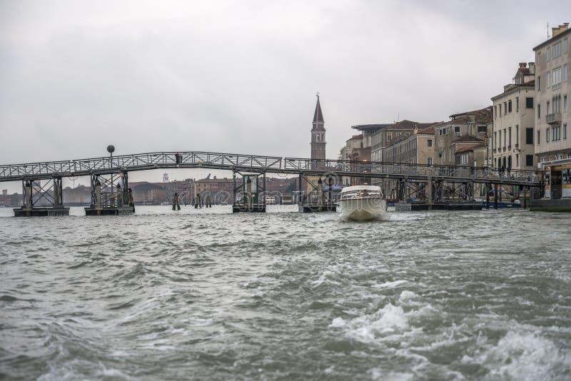 Ponte temporária de pedestres para a ilha san Michele, Veneza, Itália fotos de stock
