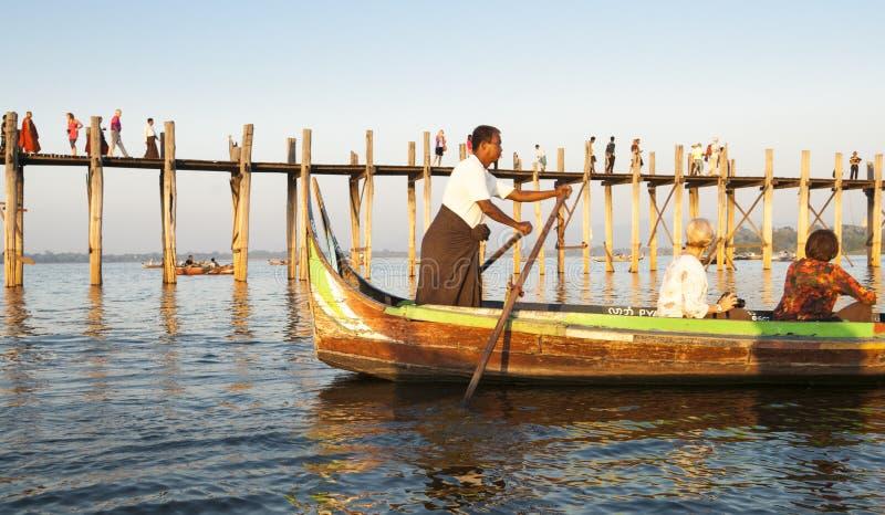 Ponte, turisti e barcaiolo di U Bein. fotografia stock libera da diritti