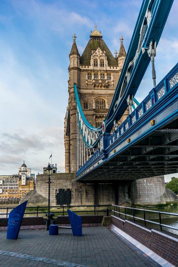 Ponte vazia da torre cedo na manhã - 3 fotos de stock royalty free