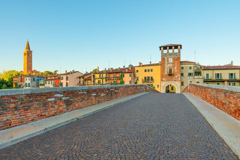 Ponte vazia Ponte Pietra sem ninguém em Verona, Veneto, Itália Quarantine coronavirus covid 19 conceito foto de stock royalty free