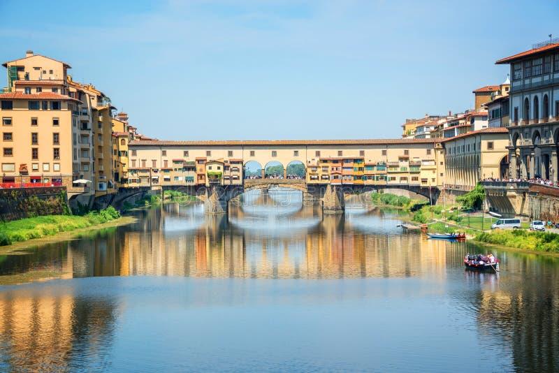 Ponte Vecchio över den Arno floden i Florence, Tuscany Italien royaltyfria foton