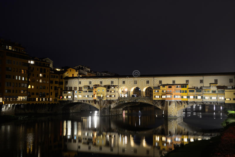 Ponte Vecchio και ποταμός Arno τή νύχτα στοκ φωτογραφίες