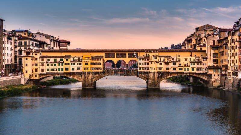 Ponte Vecchio antes de la puesta del sol imagenes de archivo