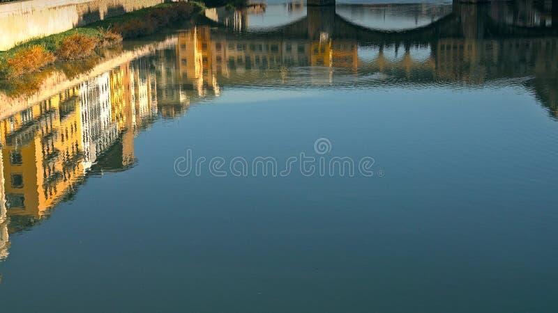 Ponte Vecchio bro och Florentine husreflexion på vatten, Florence, Italien royaltyfri fotografi