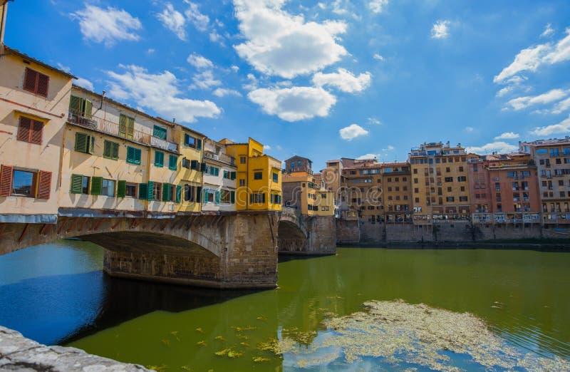 Ponte Vecchio em Florence Firenze, Toscânia, Itália em um dia ensolarado com céu azul foto de stock royalty free