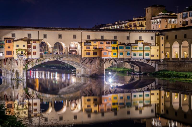 Ponte Vecchio in Florence door Arno rivier bij nacht, Florence, Florence, Italië royalty-vrije stock foto's