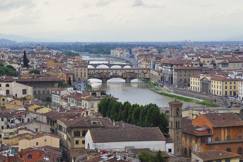 Ponte Vecchio gammal bro över den Arno floden, Florence, Italien royaltyfria bilder
