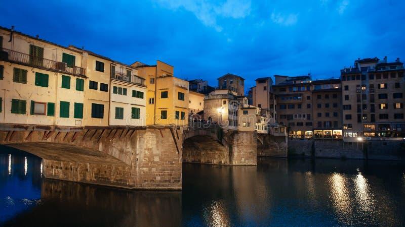 Ponte Vecchio gammal bro i Florence på natten arkivfoton