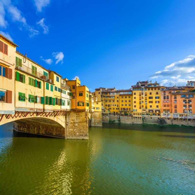 Ponte Vecchio gränsmärke på solnedgång, gammal bro, Arno flod i Florence. Tuscany Italien. arkivbild