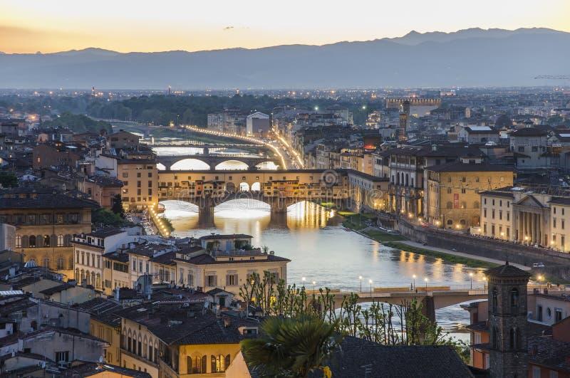 Ponte Vecchio i Arno rzeka przy półmrokiem, Florencja obraz stock