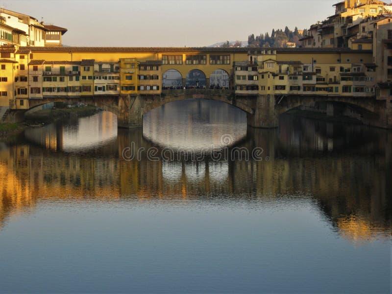 Ponte vecchio i den Arno floden royaltyfria foton